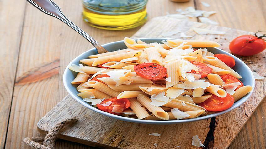 Μακαρόνια με κρεμώδες τυρί και σάλτσα ντομάτας