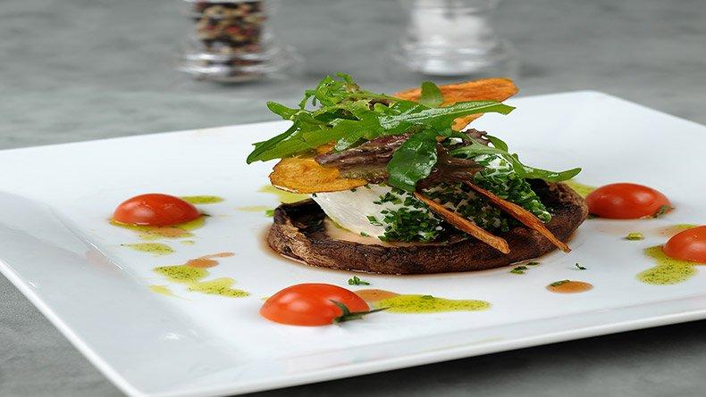 Μανιτάρια πορτομπέλο με κατσικίσιο τυρί και τραγανές πατάτες