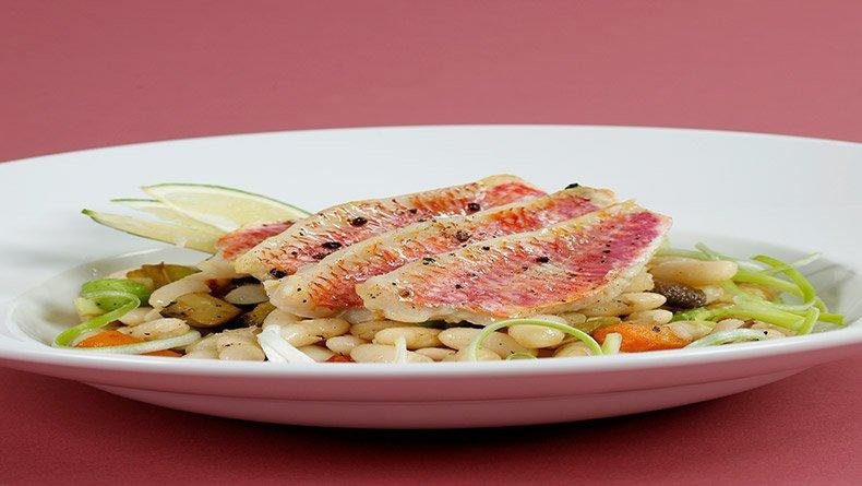 Μπαρμπούνια και βραστά φασόλια σαλάτα με λαχανικά