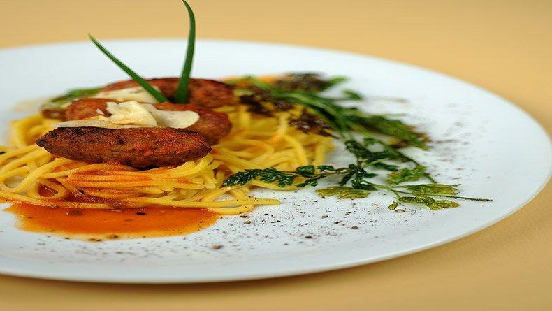 Μπιφτεκάκια γεμιστά με κατσικίσιο τυρί και σπιτίσια ζυμαρικά