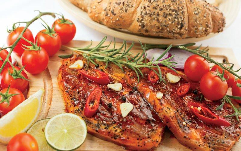 Χοιρινές μπριζόλες μαριναρισμένες και σάλτσα καυτερής πιπεριάς