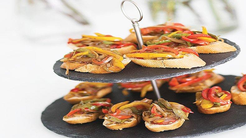 Μπρουσκέτες με πιπεριές και κρέμα βαλσάμικου