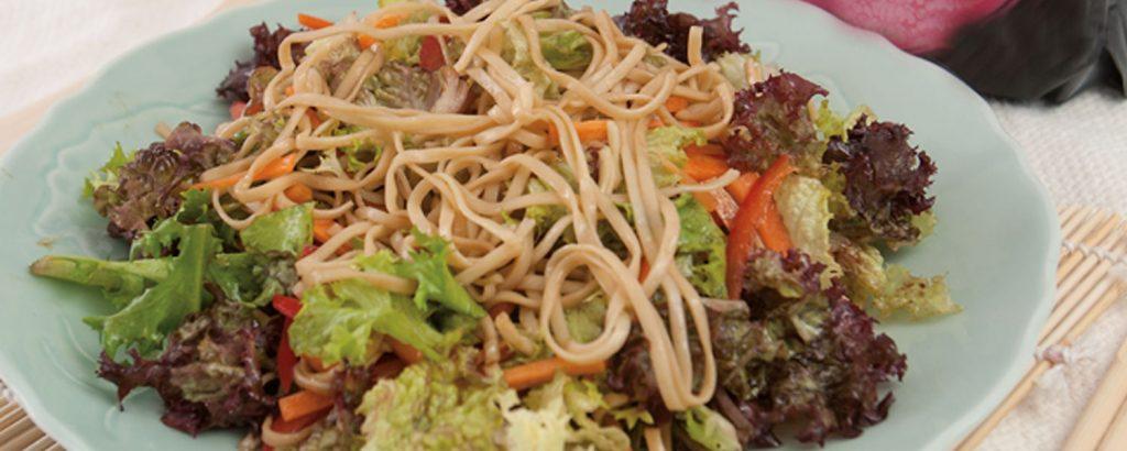 Σαλάτα με νουντλ και λαχανικά