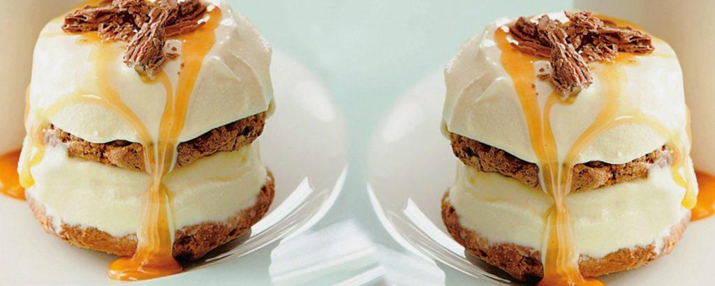 Σάντουιτς παγωτού με σος καραμέλα