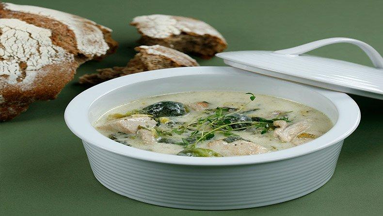 Παχύρρευστη σούπα chowder με κοτόπουλο
