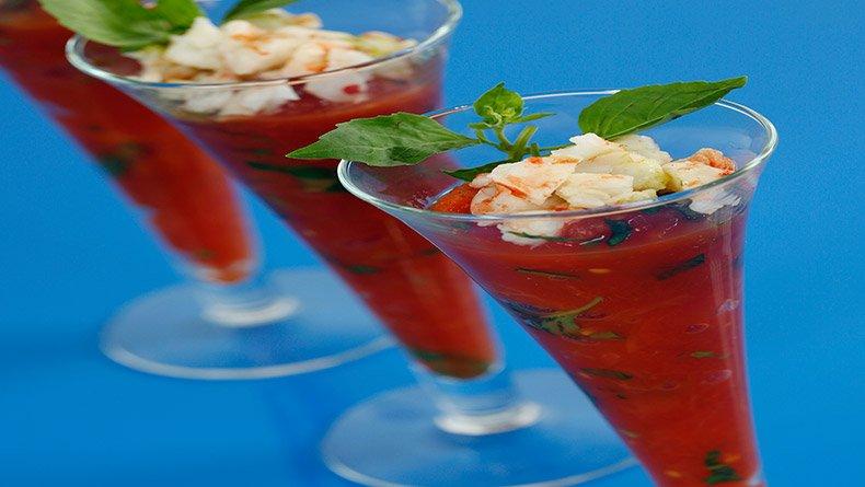 Πικάντικη κρύα ντοματόσουπα με ούζο και γαρίδες μαρινάτες