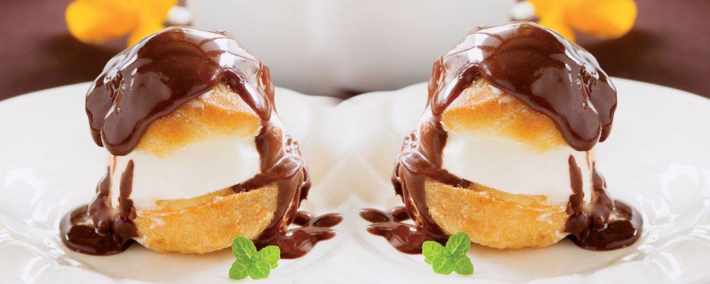 Προφιτερόλ µε παγωτό και σος σοκολάτας