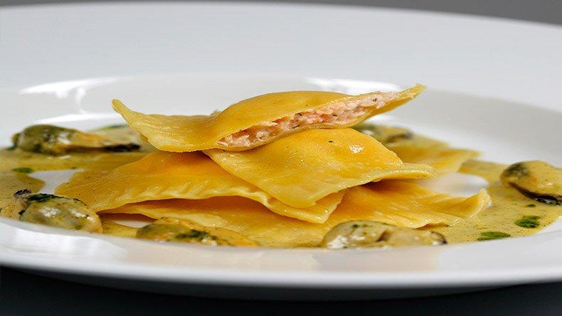 Ραβιόλια με γέμιση αστακού και σάλτσα με μύδια και κάρι