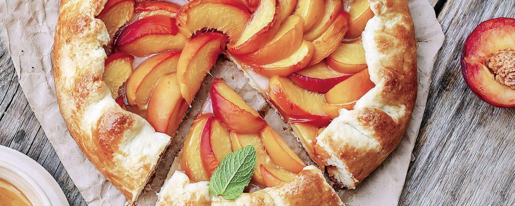 Ανοιχτή πίτα με ροδάκινα και δυόσμο