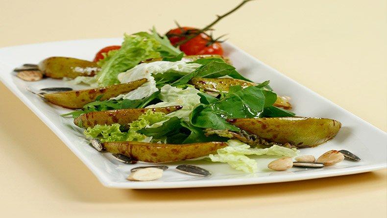 Σαλάτα με καραμελλωμένα αχλάδια και ξηρούς καρπούς
