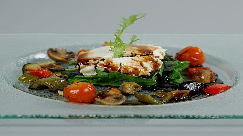 Σαλάτα με λαχανικά φούρνου και μαλακό κατσικίσιο τυρί