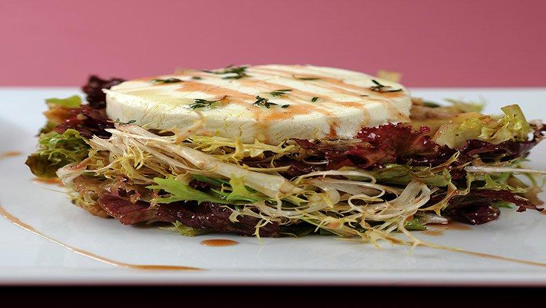 Σαλάτα με ζεστό κατσικίσιο τυρί