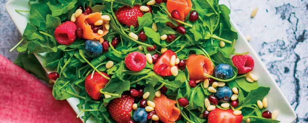 Σαλάτα με κόκκινα φρούτα και πινόλια