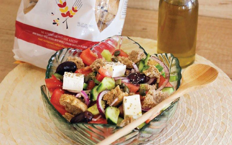 Ελληνική σαλάτα με κριθαροκουλουρίτσα