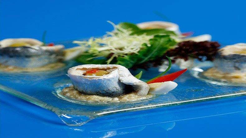 Σαρδέλες γεμιστές με ελιά και καπνιστή μελιτζανοσαλάτα