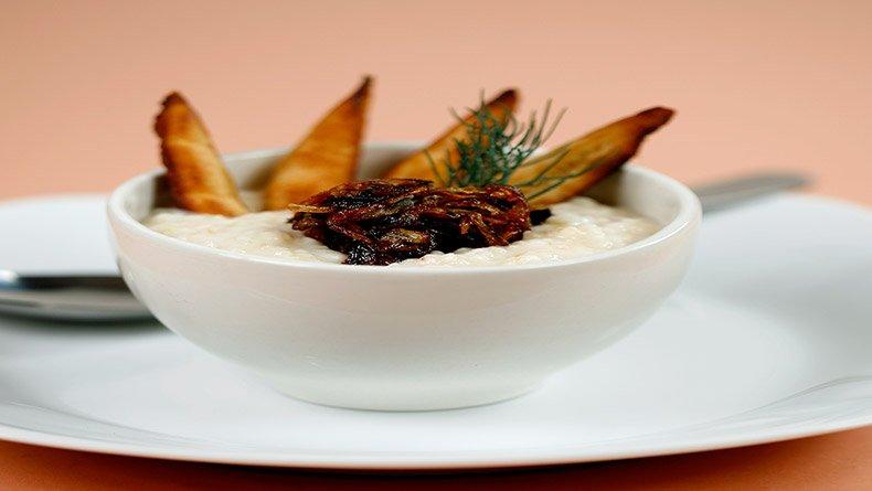 Σούπα βελουτέ τραχανά με γάλα καρύδας και τσιγαρισμένο κρεμμύδι