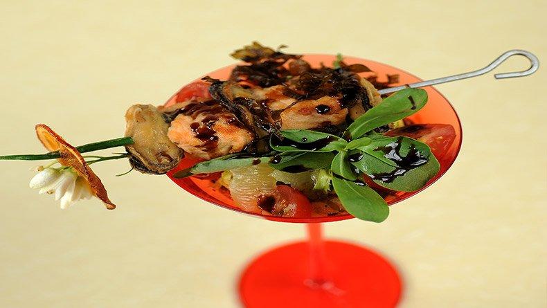 Σουβλάκι θαλασσινών με σαλάτα αβοκάντο
