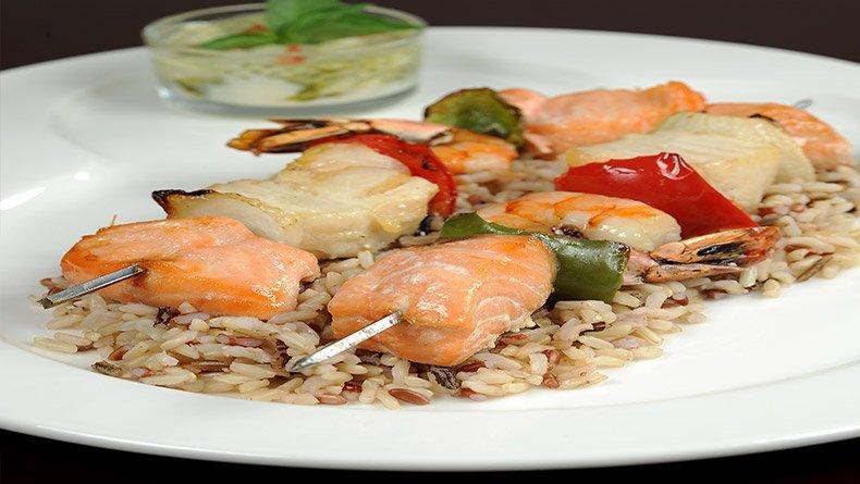 Θαλασσινό σουβλάκι με ανάμικτο ρύζι
