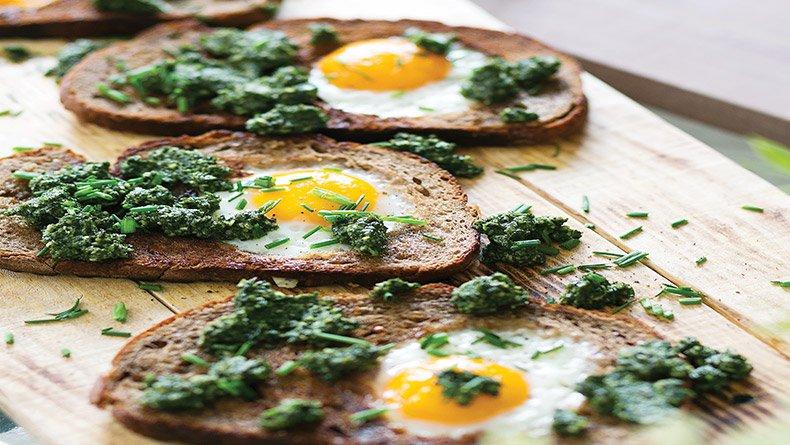 Τηγανιτά αβγά στο ψωμί με πέστο λαχανίδας (kale)