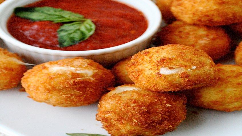 Τυρομπουκιές με πικάντικη σάλτσα ντομάτας