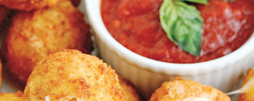 Τυρομπουκιές με πικάντικη σάλτσα
