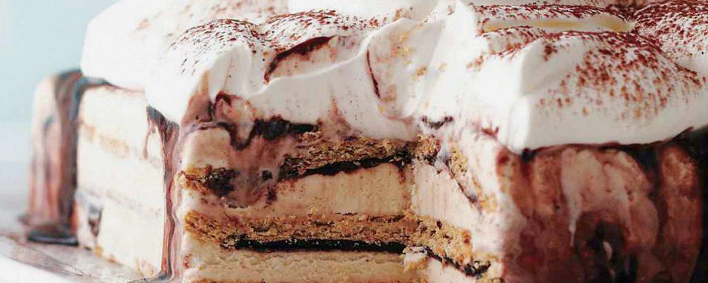 Τούρτα παγωτού με πλούσια σος σοκολάτας
