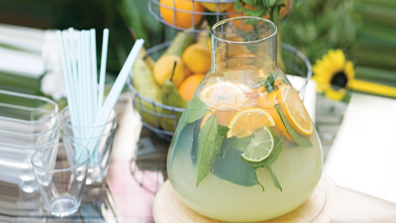 Welcoming drink με φρούτα και φρέσκο δυόσμο