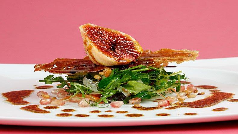 Σαλάτα με τραγανό προσούτο Πάρμας και σύκα