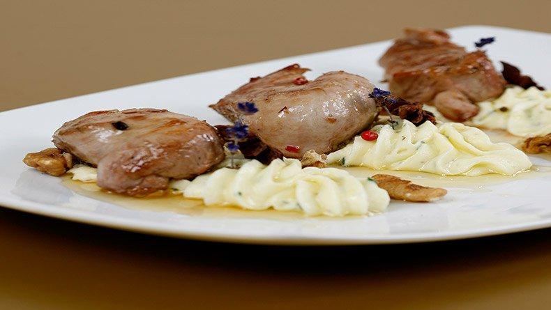 Χοιρινό με μέλι και καρύδια και αρωματικό πουρέ πατάτας