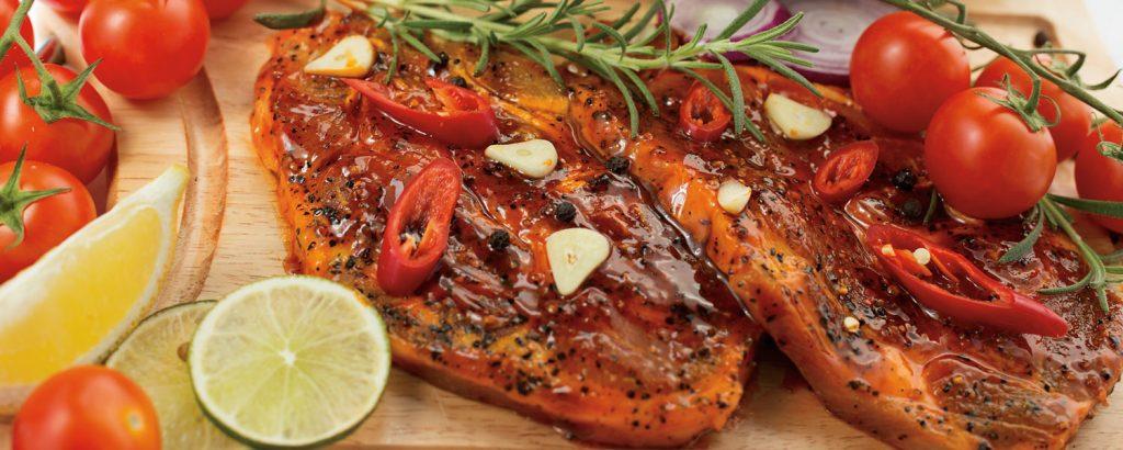 Χοιρινές µπριζόλες µαριναρισµένες και σάλτσα καυτερής πιπεριάς