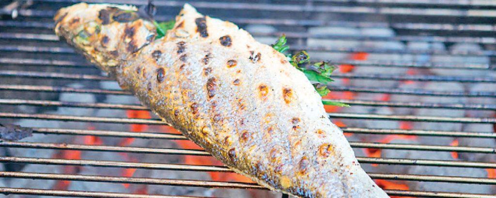 Ψάρια ολόκληρα στα κάρβουνα
