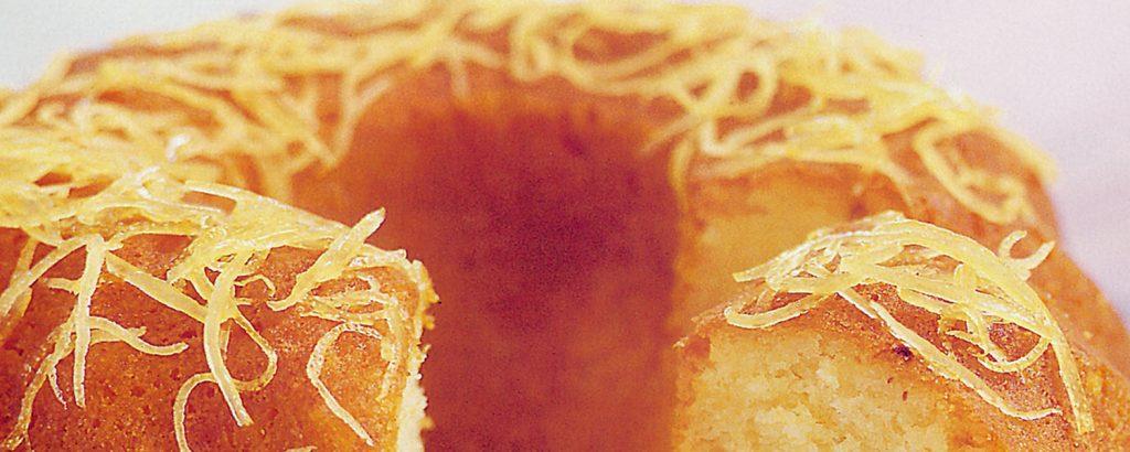 Γιαουρτόπιτα-κέικ με αμύγδαλα και σιρόπι με μέλι