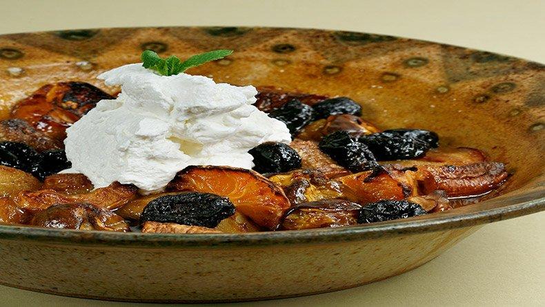 Ζεστή φρουτοσαλάτα φρούτα με σαντιγί